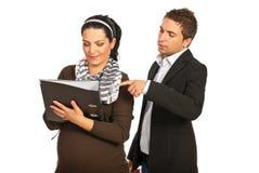 De werkgever van de manager met zwangere medewerker royalty-vrije stock fotografie