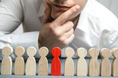 De werkgever verwerpt de werknemer van het team Personeelsbeheer Slechte arbeider degradatie Het concept het vinden van mensen en royalty-vrije stock afbeeldingen