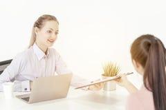 De werkgever is verzocht om arbeidsovereenkomst na succesvol baangesprek te ondertekenen royalty-vrije stock afbeeldingen