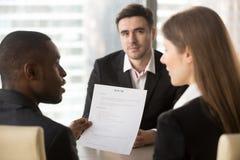 De werkgevers die kandidaat bespreken hervatten op gesprek Royalty-vrije Stock Foto's