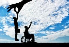 De werkgevershand kiest een gezonde werknemer, niet een gehandicapte persoon in een rolstoel royalty-vrije stock afbeeldingen