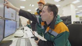 De werknemer geeft Taak aan de Mens die aan Monitor richten stock videobeelden