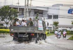 De werknemer van de vrachtwagensteun op de weg tussen Water overstromende aanval Royalty-vrije Stock Foto