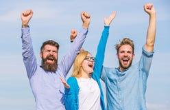 De werknemers genieten van gevoel van vrijheid Het concept van de vrijheid Mensen met baard in formele slijtage en blonde in gebe stock foto