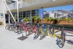De werknemers van Googleplexfietsen stock foto's