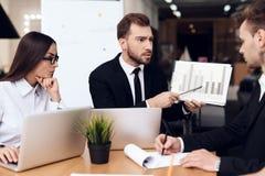 De werknemers van het bedrijf houden een vergadering bij de lijst royalty-vrije stock afbeelding