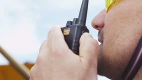 De werknemersbesprekingen op Radio geeft Bevel door Gebaar stock video