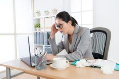 De werknemersvrouw dringt bij het werken in bureau aan Stock Foto