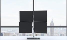 De werkplaats of de post van een moderne handelaar die uit de vier schermen in een helder modern open plek panoramisch bureau bes Royalty-vrije Stock Afbeelding