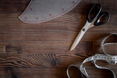 De werkplaats van de kledingsontwerper Het meten van band en sciccors op donkere houten lijst hoogste mening als achtergrond copy Stock Afbeelding