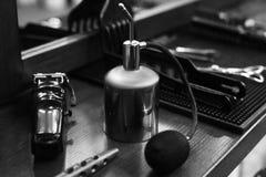 De werkplaats van de kapper Hulpmiddelen voor een kapsel Zwart-wit beeld stock afbeeldingen