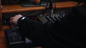 De werkruimte van de de opnamestudio van de huismuziek Correcte ingenieur die en lied mengen beheersen Popmuziek die proces opste stock videobeelden