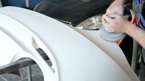 De werktuigkundige bereidt het autolichaam van de auto voor het schilderen voor Het malen van het autolichaam stock footage
