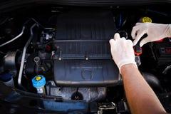De werktuigkundige controleert auto elektronische controleeenheid Stock Foto