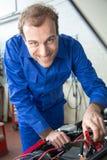 De werktuigkundige die van de auto een auto herstellen Stock Afbeeldingen