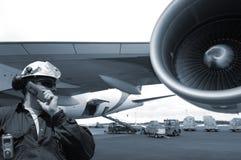 De werktuigkundige en het vliegtuig van de vlucht stock afbeelding