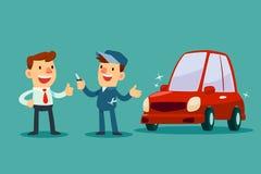 De werktuigkundige geeft een sleutel van herstelde auto terug naar zijn klant Royalty-vrije Stock Afbeeldingen