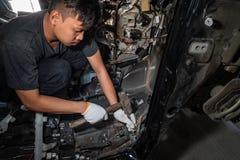 De werktuigkundige herstelt de auto na het ongeval royalty-vrije stock afbeeldingen