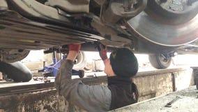 De werktuigkundige maakt de diagnose van de auto in de workshop stock videobeelden