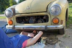 De werktuigkundige van de vrouwenauto Stock Afbeelding