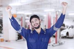 De werktuigkundige viert zijn succes in workshop Royalty-vrije Stock Foto's