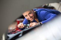De werktuigkundigen die van de auto electrics herstellen Stock Fotografie
