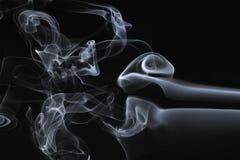 De werveling van de rook op een zwarte achtergrond stock afbeelding