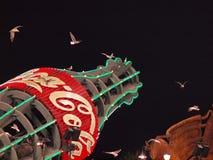 De westelijke Zeemeeuwen vliegen de fles van de reuzenCoca-cola Stock Foto's