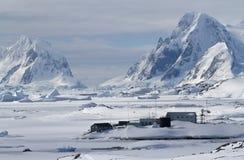 De wetenschappelijke Antarctische dag van de postwinter op een achtergrond van onderstel Stock Afbeeldingen