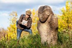 De wetenschappelijke historicus beschrijft steenbeeldhouwwerk op hoop royalty-vrije stock fotografie