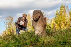 De wetenschappelijke historicus beschrijft steenbeeldhouwwerk op hoop stock afbeeldingen