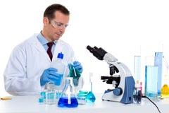 De wetenschapper die van het laboratorium bij laboratorium met reageerbuizen werkt royalty-vrije stock afbeelding