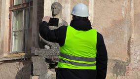 De wetenschapper filmde op tabletpc oud monument vóór de restauratie stock footage