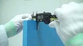 De wetenschapper gebruikt nauwkeurig Vernier Caliper-materiaal aan metingsvoorwerp stock video