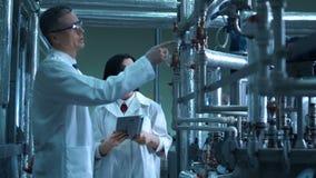 De wetenschapper op een fabriek stock video