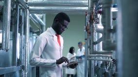 De wetenschapper op een installatie stock videobeelden