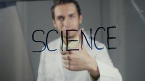 De wetenschapper schrijft de woord` wetenschap ` op het glas stock videobeelden