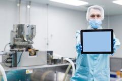 De wetenschapper toont lege tablet dichtbij machines Royalty-vrije Stock Fotografie