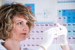 De wetenschapper van de chemicus met een spuit Stock Foto's