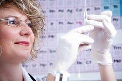 De wetenschapper van de chemicus met een spuit Stock Foto