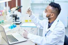 De Wetenschapper van het Middenoosten Working in Laboratorium stock foto