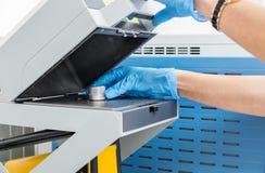 De wetenschapper woman do test op massaspectrometer in chemiela stock afbeeldingen