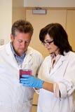 De wetenschappers bespreken experimentresultaten Stock Foto