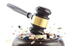 De wetshamer slaat op tabletten en pillen, rechter cocept, misdaad met stock foto