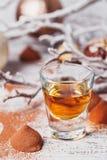 De whisky of de likeur, het suikergoed van de truffelchocolade in cacao poedert stock foto