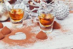 De whisky of de likeur, het suikergoed van de truffelchocolade in cacao poedert royalty-vrije stock afbeeldingen