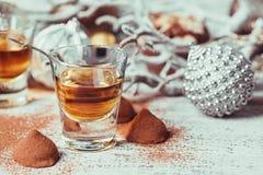 De whisky of de likeur, het suikergoed van de truffelchocolade in cacao poedert royalty-vrije stock afbeelding