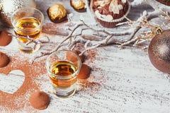 De whisky of de likeur, het suikergoed van de truffelchocolade in cacao poedert royalty-vrije stock foto