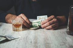 De whisky van de mensenhand met geld royalty-vrije stock foto