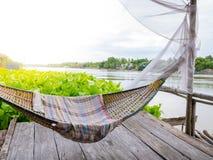 De wieg van Traditonal het Thaise cuture hangen op het vlot bij de hyacint van het rivierwater Ontspan tijd in de sunnyday vakant royalty-vrije stock foto's